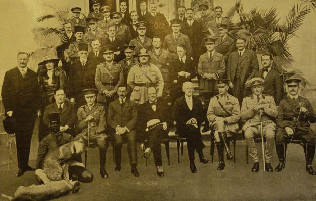 Konferenca v Kairu. Gertrude stoji spodaj levo. (Vir: wikipedija)