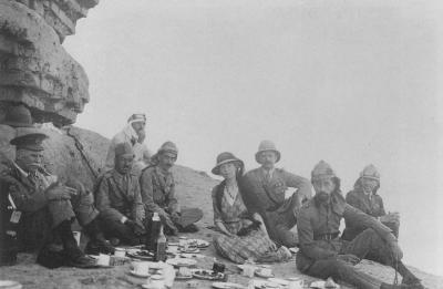 Gospodična Bell in njeno spremstvo. Med vojno je zaradi svojega odličnega poznavanja terena velikokrat tihotapila vojake čez puščavo. (vir: hhtp://www.therountons.com)