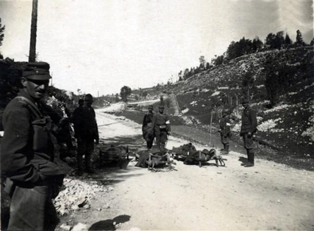 Avstro-ogrski nosači ranjencev na Banjški planoti. (1917) | arhiv Goriškega muzeja
